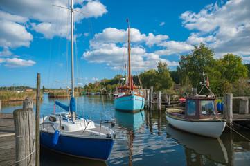 Fischerboote im Hafen des Fischerdorfes Gothmund am Fluss Trave