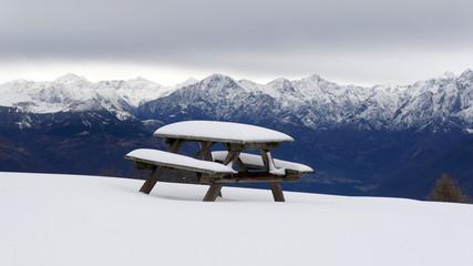 Area di sosta pic nic in inverno ricoperta di neve