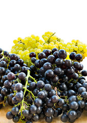 Fototapete - Bunches of fresh white and black seedless grapes