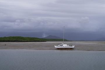 gestrandetes Boot bei Ebbe wartet auf Flut