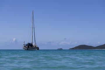 Segelboot in Küstennähe