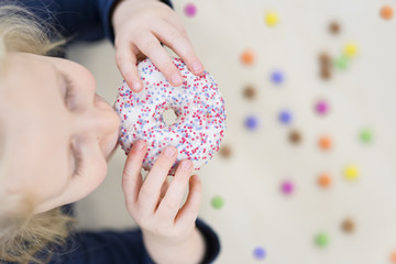 Mädchen isst einen Donut