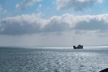 Autofähre beim Transport von Fahrzeugen auf dem Meer