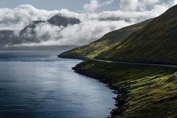 Route le long d'un fjord aux île Féroé - Faroe islands