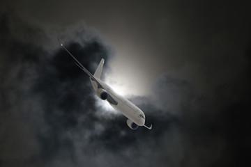 Passagierflugzeug in den Wolken bei Gewitter, Turbulenzen