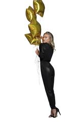 Blonde junge Frau mit goldenen Stern Luftballons