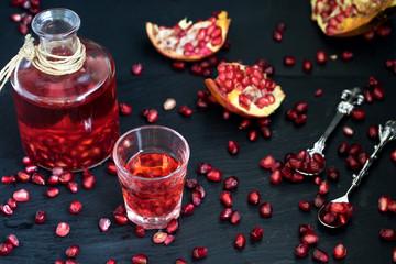 Granatapfelsaft und Granatapfelkerne, gesund und dekorativ