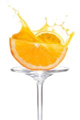 Halbierte Orangenscheibe mit Splash