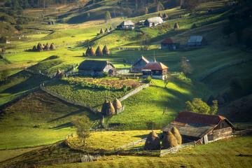 Stores à enrouleur Europe de l Est Green valley with rural houses. Romania
