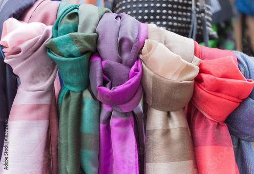 Scampoli di stoffa colorata  per ogni cosa esposti in un negozio di abbigliamento