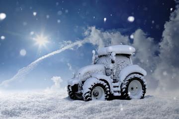 Eingeschneiter Traktor steht im tiefen Schnee