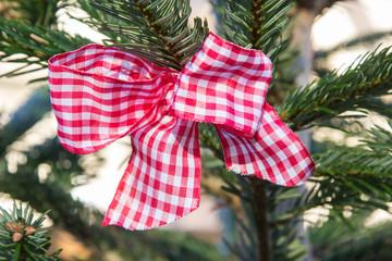 Rot karierte Schleife am Weihnachtsbaum