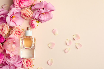 Bottle of perfume with flowers on light background Fototapete