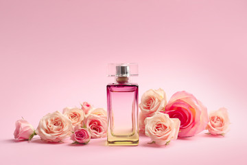 Bottle of perfume with flowers on color background Fototapete
