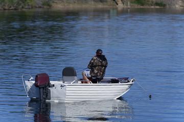 Angler im Boot von hinten