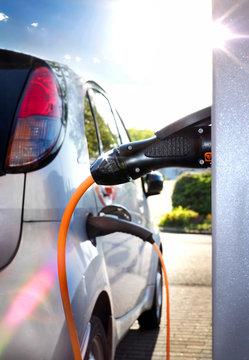 Elektroauto an Ladestation auf Firmengelände – Electric Car at Charging Station