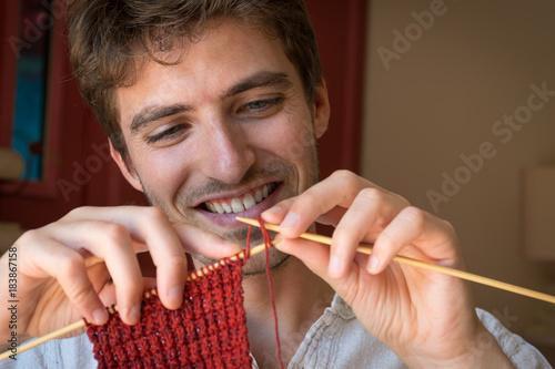 Jeune homme qui tricote