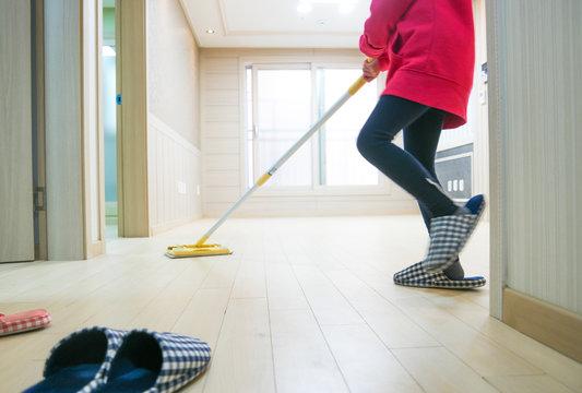 밀대로 즐겁고 흥겁게 청소하는 여자아이