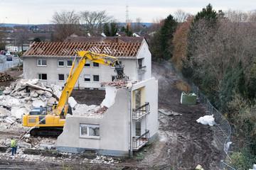Baustelle mit Abriss eines alten Wohnhauses