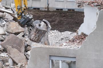 Baustelle mit Abriss eines alten Wohnhauses - Detail: Greifer