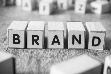 concept mot formé avec des lettres en bois - Brand