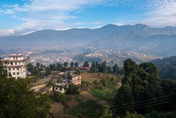 Nepal Berge und blauer Himmel mit Bergdorf