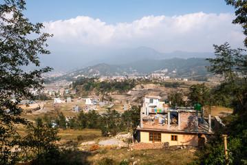 Nepal Dorf mit Bergen und blauem Himmel