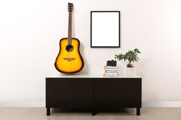 Stanza con cornice bianca e chitarra