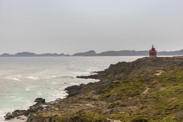 Faro de Punta Robaleira (Cangas de Morrazo, Pontevedra - España) e Islas Cies al fondo.