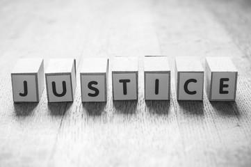 concept mot formé avec des lettres en bois - Justice