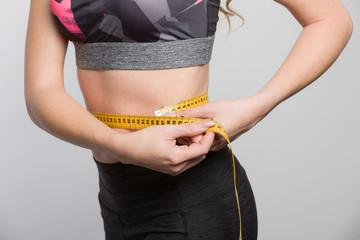 Taillenumfang wird mit einem Massband gemessen