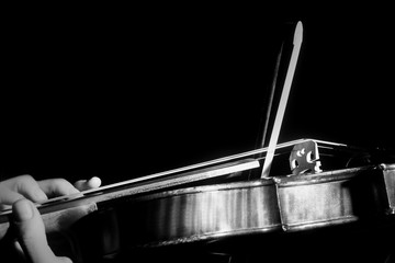 Photo sur Aluminium Musique Violin strings with bow. Hands of violin player close up. Violinist