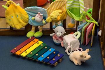 Kinderspielzeug in einer Krabbelbox