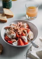 Salad with tomatoes, tuna and mozzarella
