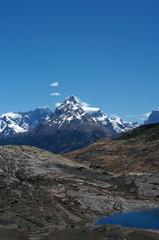 Sommet surplombant un lac de montagne