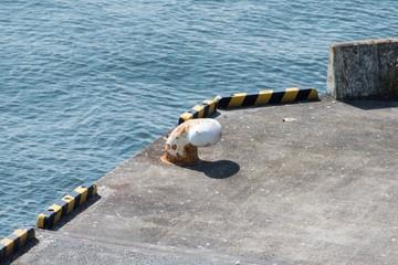 港のビット、ボラード、係留柱、系船柱