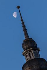 Turmspitze mit abnehmendem Mond