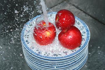 моим яблоки под струёй воды.