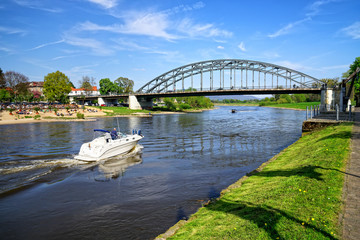 Weserbrücke mit Motorboot in Rinteln, Deutschland