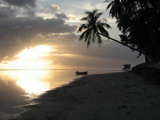 Atardecer en Tahiti. Playa Polinesia Francesa (Oceania)