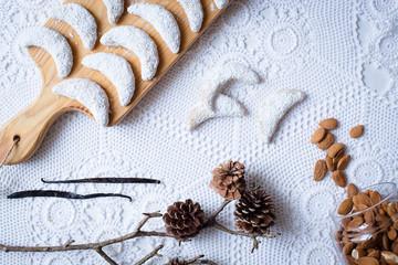 VanilleKipferl von oben auf weißem Hintergrund