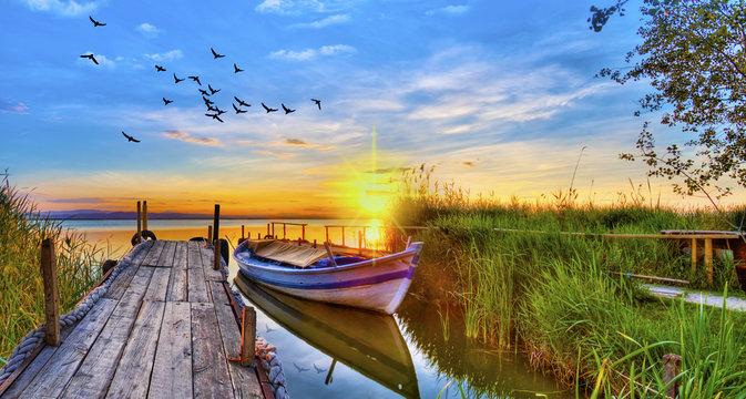puesta de sol sobre el embarcadero del lago