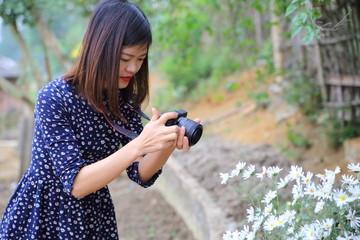 花の写真を撮影する女性