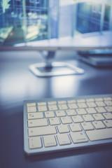 Moderner Büroarbeitsplatz mit Designtastatur und Bildschirm, Agentur