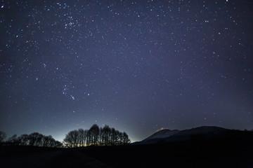 嬬恋高原から浅間山と冬の星空