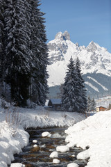 Fototapete - Winter in Austrian Alps. Mountain river covered with a snow