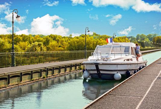 Brire. Bateau sur le pont canal, Loiret, Pays de Loire, France