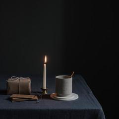 Gemütlich Geschenke einpacken bei Kerzenschein mit Kaffee