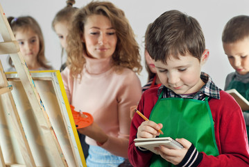 Children learn to draw from the teacher