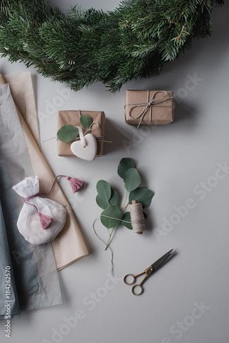 geschenke einpacken zu weihnachten mit tanne und. Black Bedroom Furniture Sets. Home Design Ideas